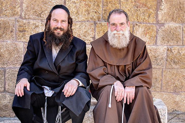 תמונות מדהימות של ירושלים: יהודי ונוצרי יושבים אחד ליד השני