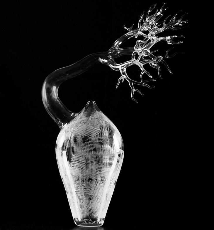 יצירות זכוכית של סימון קרסטני: כד ובתוכו פסל זכוכית