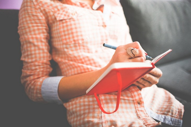 מה צריך לדעת לפני טיפול זוגי: אישה כותבת ביומן