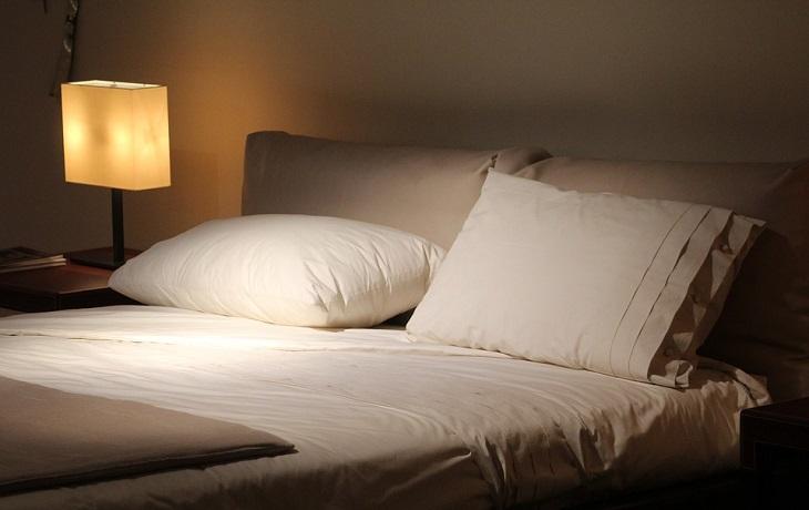 בעיות בריאותיות שמשפיעות על השינה: כריות גדולות על מיטה