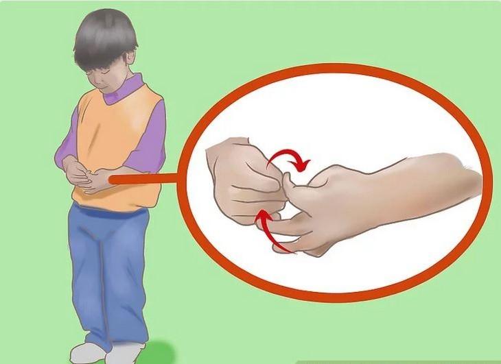 סימנים שילדים משקרים: ציור של ילד משחק באצבעותיו