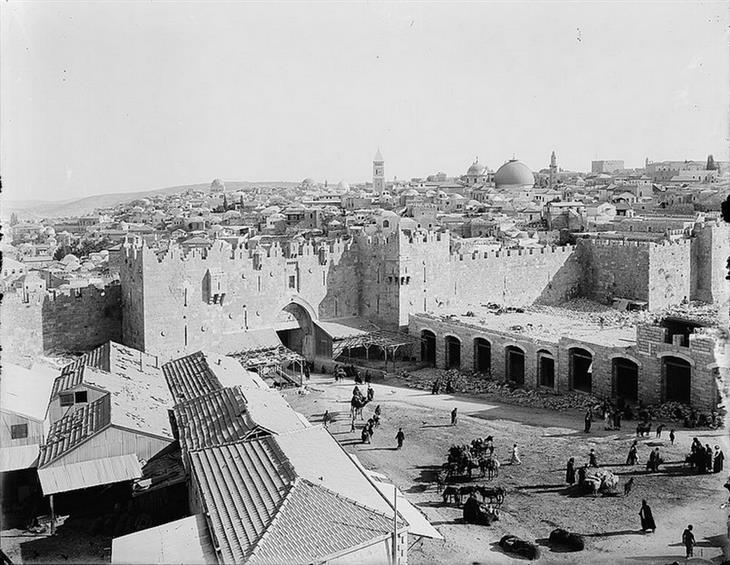 תמונות מהתקופה המנדטורית: אתרי הבנייה של חנויות מחוץ לשער שכם, 1900.