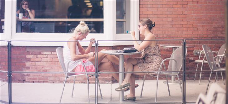 7 סימנים לזוגיות שנמצאת בכיוון הנכון: שתי נשים יושבות וצוחקות בבית קפה