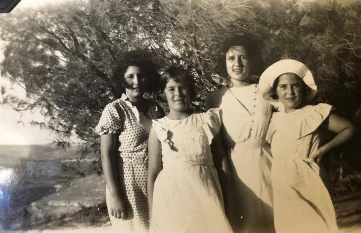 תמונות מהתקופה המנדטורית: שתי בנותיו של ח'ליל א-סכאכיני, דומיה והאלה עם בנות דודיהם, 1935.