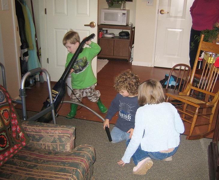 כללים להורות יעילה: ילדים מנקים בבית
