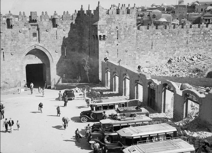 תמונות מהתקופה המנדטורית: הריסות החנויות שמחוץ לשער שכם, 1937.