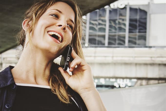 בחן את עצמך: אישה מדברת בסמארטפון