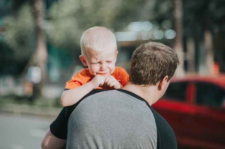 עצות לגידול ילדים: אבא מחזיק ילד בוכה