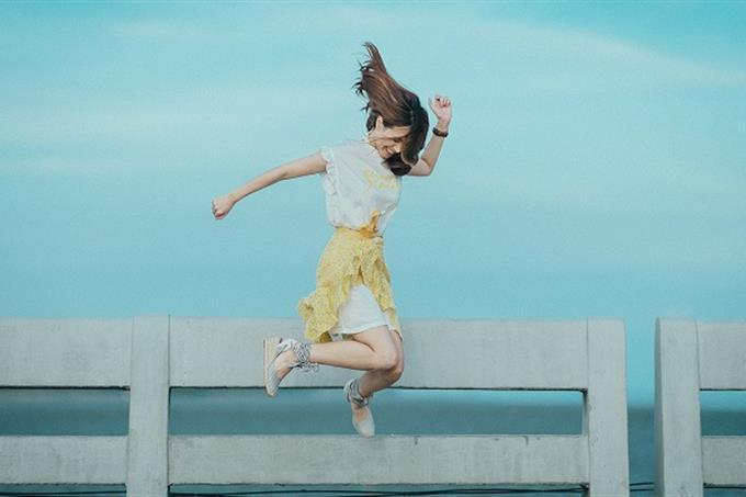 איזה סגנון מוזיקלי אתה: אישה קופצת משמחה