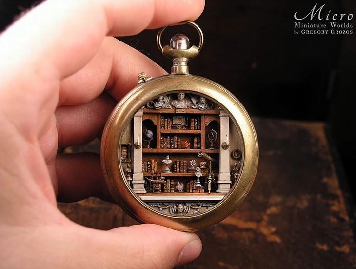 פסלונים זעירים: שעון כיס שבתוכו ספרייה ופריטי נוי