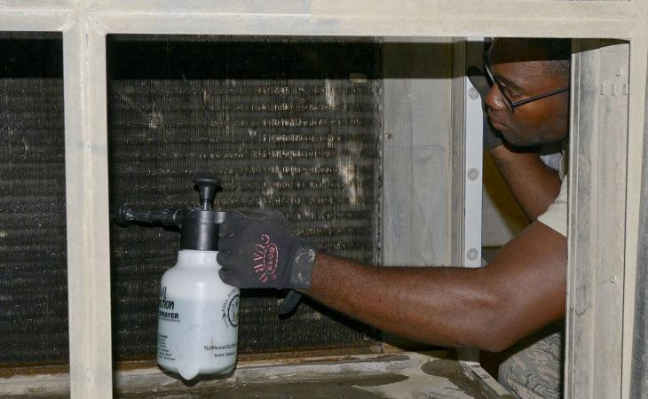 ניקיון הבית לפסח: אדם מנקה מזגן