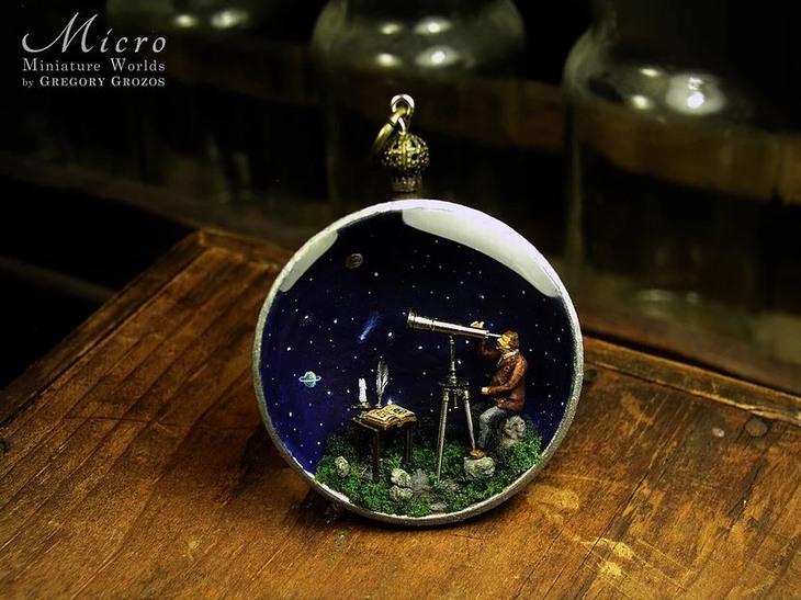 פסלונים זעירים: שעון כיס שבתוכו אדם מסתכל דרך טלסקופ על שמי לילה עם כוכבים