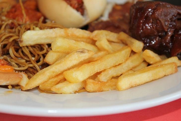 תזונה לקויה קטלנית: צלחת מאכלים משמינים