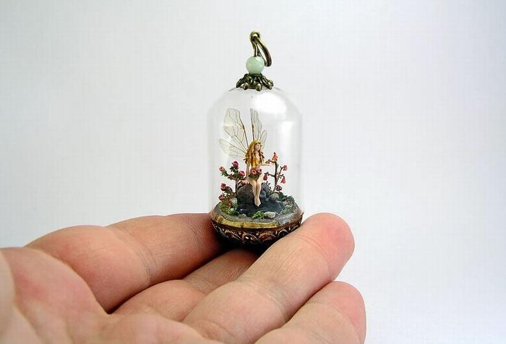 פסלונים זעירים: עגיל עם פסל קטן של פיה