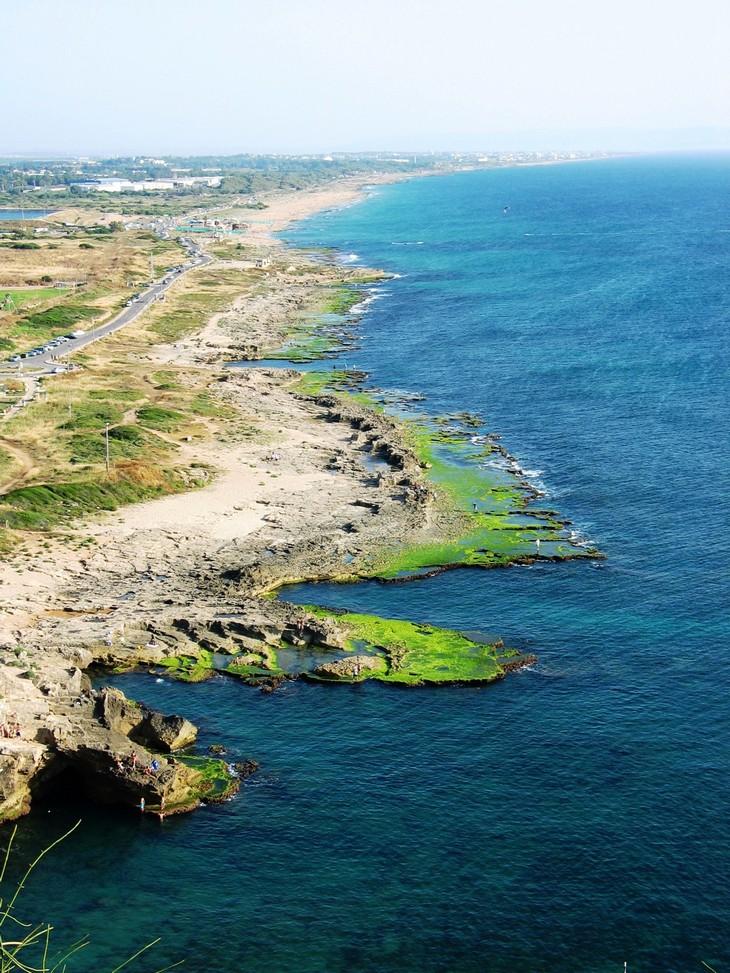 מסלולי טיול ברצועת החוף: מבט דרומה מאתר ראש הנקרה על חופי ראש הנקרה ואכזיב
