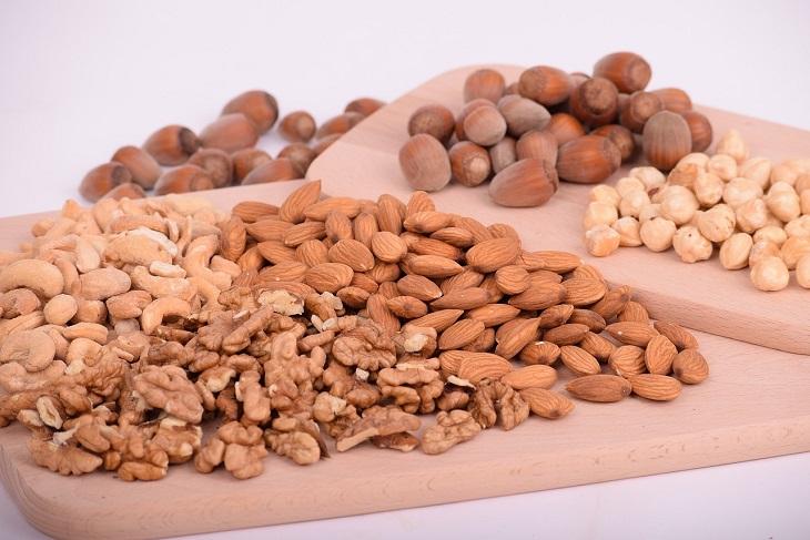 ערפול מוחי:אגוזים מסוגים שונים מונחים על קרש עץ
