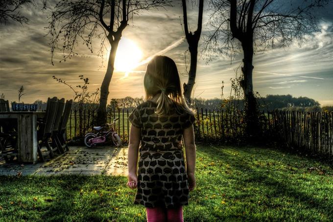 בחן את עצמך: ילדה עומדת בחצר בית