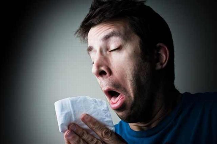 תרופות סבתא נגד אלרגיה: איש מתעטש