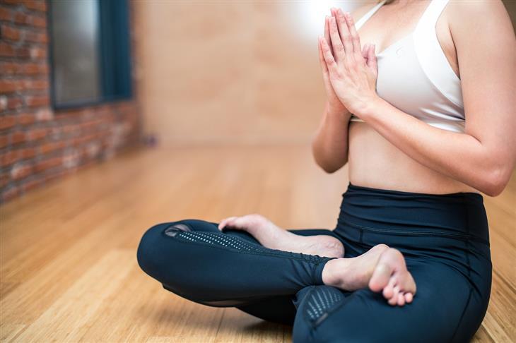 מדיטציה למוח צעיר יותר: אישה מבצעת מדיטציה