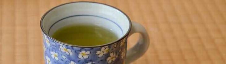 תרופות סבתא נגד אלרגיה: כוס עם תה ירוק