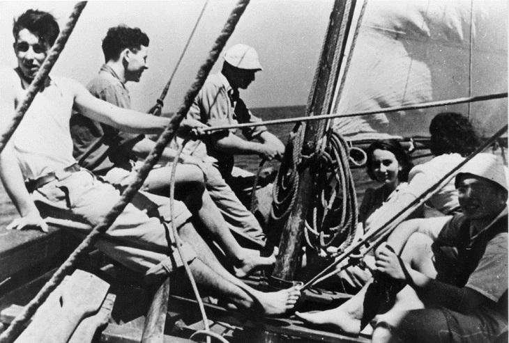 """חיי חברי הפלמ""""ח: שטים בסירה בקיסריה"""