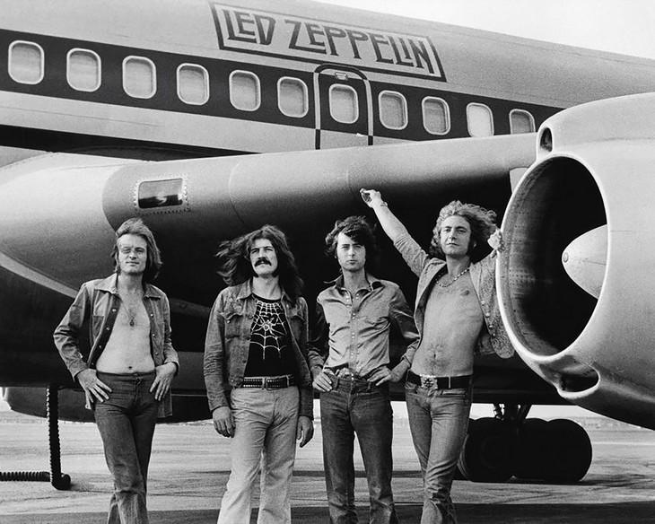 """תמונות היסטוריות של מפורסמים: להקת לד זפלין וברקע מטוס בואינג 720 שכונה """"ספינת החלל"""",1973. צלם: בוב גרואן."""
