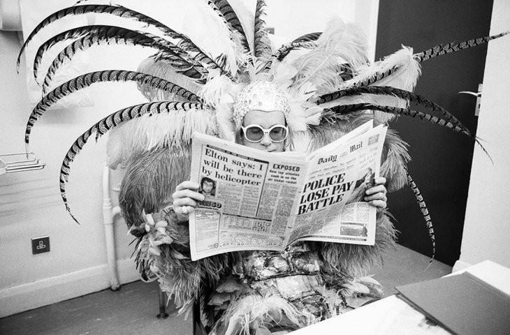 תמונות היסטוריות של מפורסמים: אלטון ג'ון, מאחורי הקלעים של החבובות, אנגליה, תאריך לא ידוע. צלם: טרי אוניל.
