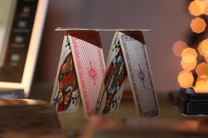 התמודדות עם קשיים: בסיס של מגדל קלפים