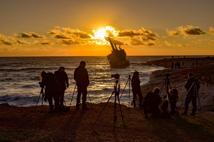 דברים שהזנחנו וצריך לחזור לעשותם: מקבץ אנשים מצלמים ספינה טרופה