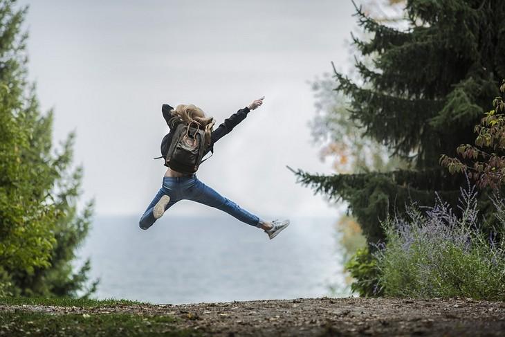 דברים שהזנחנו וצריך לחזור לעשותם: אישה עם תיק קופצת מאושר