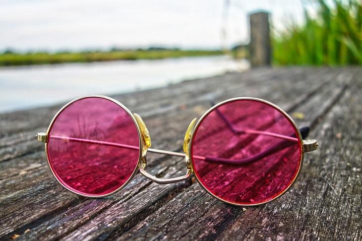 דרכים לשינוי תפיסה: משקפי שמש וורודים