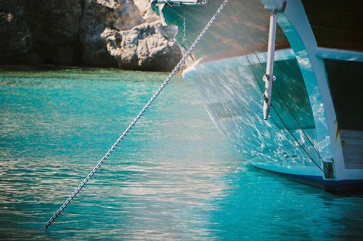 דרכים לשינוי תפיסה: סירה שמחוברת לעוגן במים