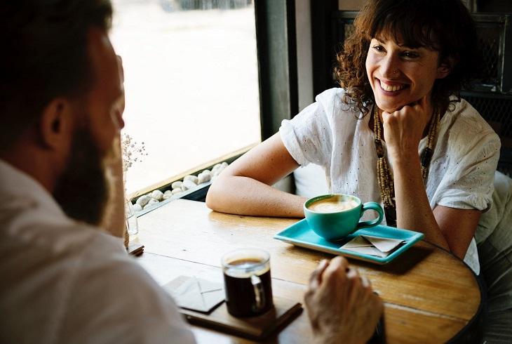 דרכים לשינוי תפיסה: גבר ואישה מדברים בבית קפה