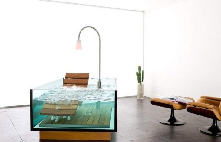 ריהוט מקורי ומדליק: אמבטיה שמותקנים בה כיסא ומנורת קריאה