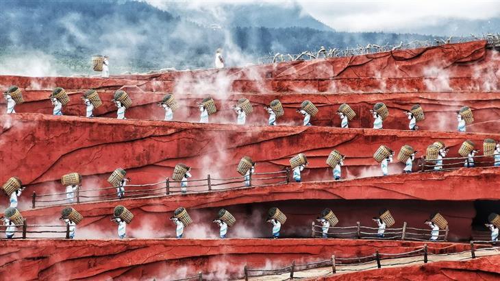 תמונות נבחרות מתחרות הצילום של סוני לשנת 2019: אנשים מובילים סלים על גבם במעלה הר