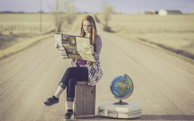 מבחן טריוויה: אישה מתבוננת במפה