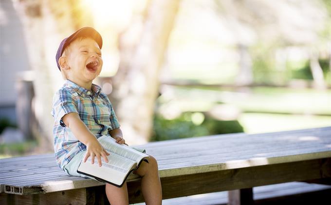מבחן טריוויה: ילד קורא ספר וצוחק