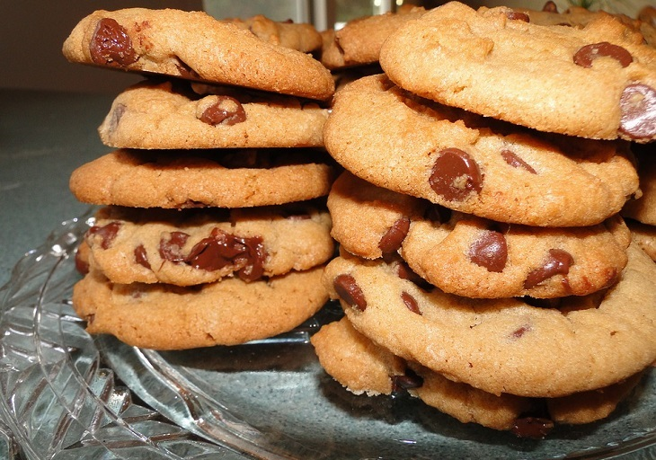 עצות להסברת נושא ההתמכרויות לילדים: ערימת עוגיות שוקולד על גבי צלחת