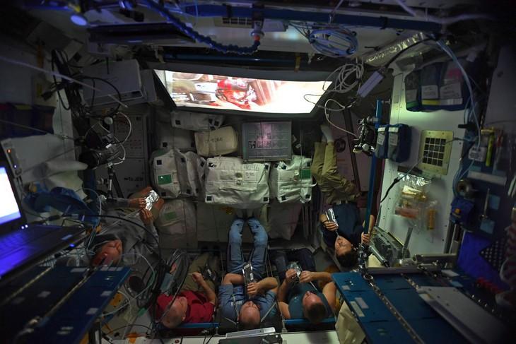 """תמונות מפתיעות של דברים לא שגרתיים: אסטרונאוטים צופים בסרט מסדרת """"מלחמת הכוכבים"""" בזמן שהותם בחלל."""