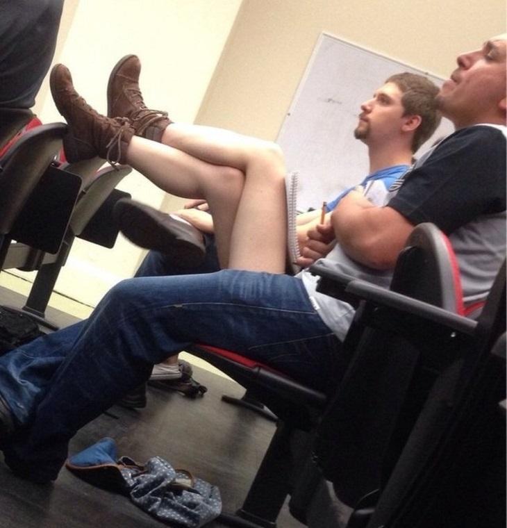 תמונות ברגע הנכון: רגליים של בחורה מופיעות בין שני בחורים