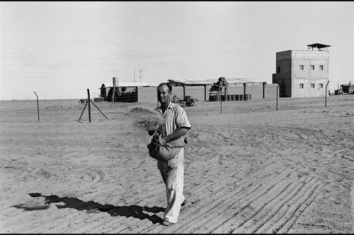 תמונות היסטוריות של ראשית ההתיישבות בארץ: חלוץ זורע את השדות בקיבוץ גבולות בנגב