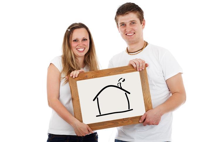 טיפים להובלת דירה: זוג מחזיק לוח שעליו מצויר בית
