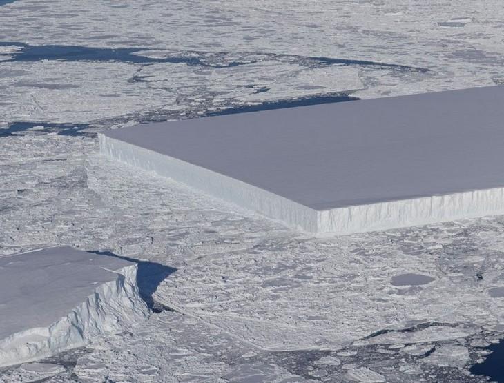 """תמונות מפתיעות של דברים לא שגרתיים: קרחון טבעי ומלבני לחלוטין שנמצא על ידי מדענים מארגון נאס""""א באנטארקטיקה."""