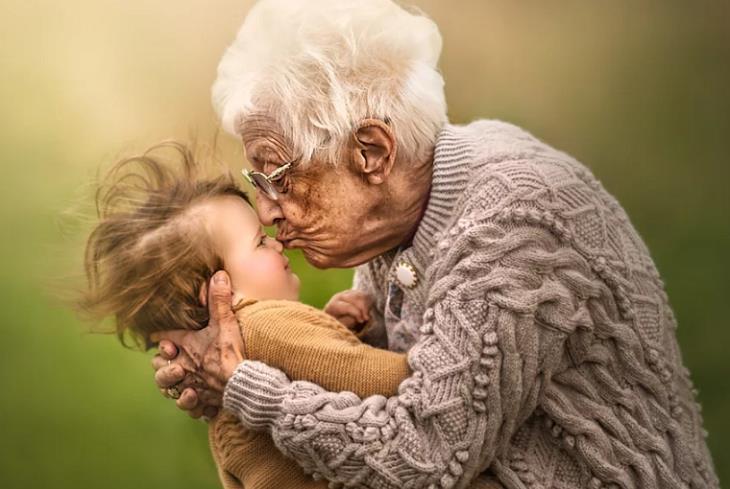 מצגת לסבא וסבתא: סבתא מנשקת תינוק