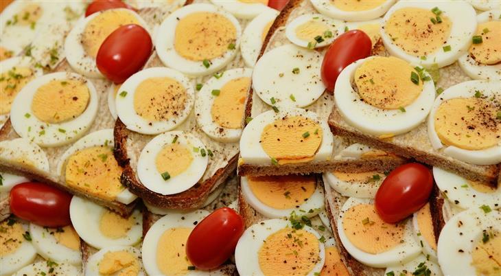 ויטמינים לילדים: ביצים עם עגבניות שרי