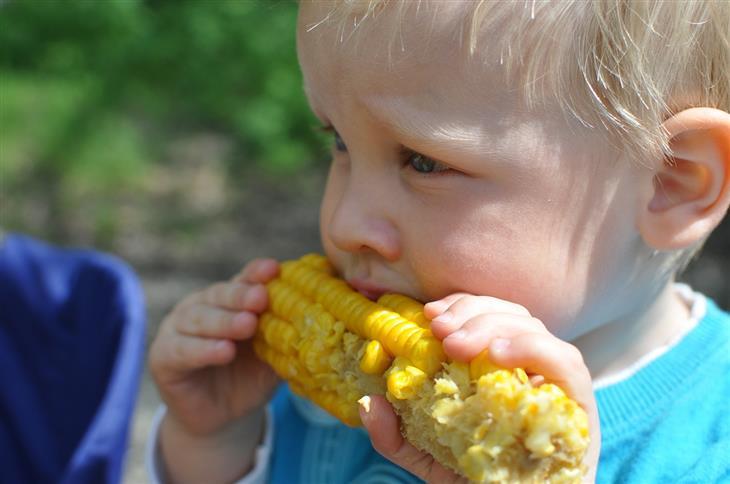 ויטמינים לילדים: ילד אוכל תירס