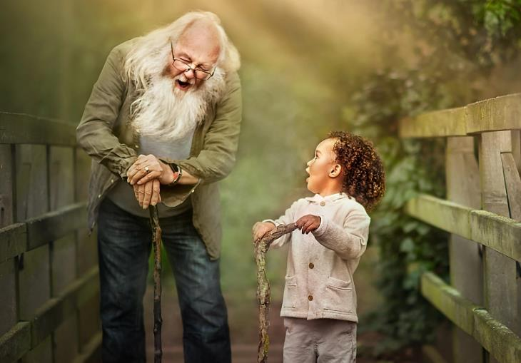 מצגת לסבא וסבתא: סבא ונכד צוחקים על גשר