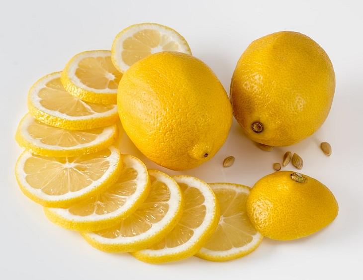 משקה נגד אלרגיות: זוג לימונים שלמים ולצידם לימון פרוס