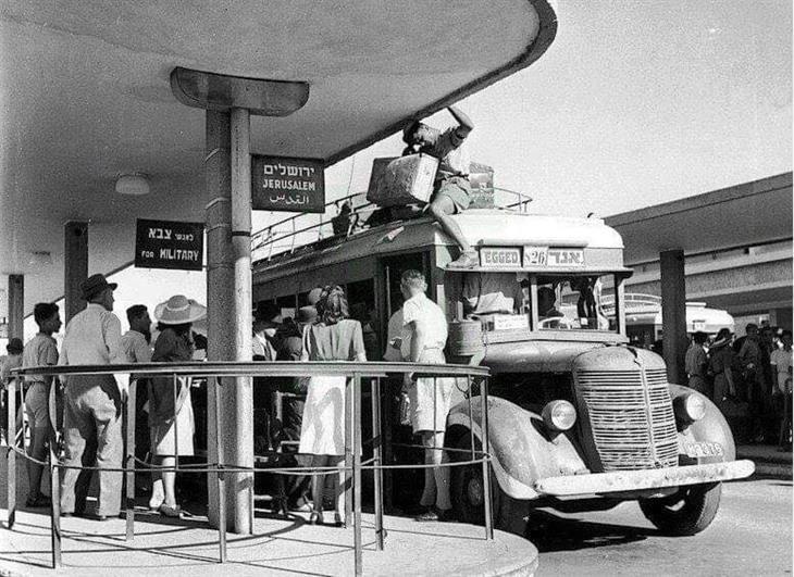 תל אביב: אנשים מחכים ברציף אוטובוסים