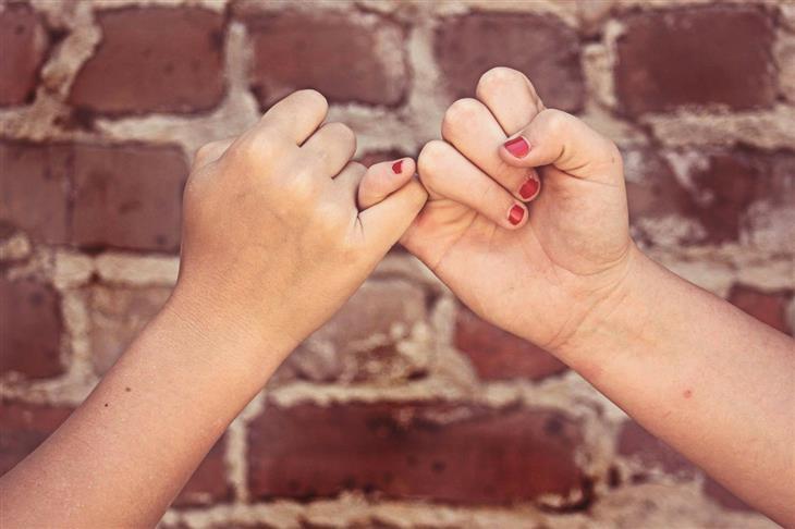 שיעורים לחיים מתוך הספר רעיונות: ידיים של שתי נשים אוחזות אחת בזרת של השנייה
